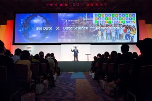 Mickey addressing hundreds of merchants at the Tokyo Spring Conference