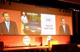 Dr Yamanaka giving the keynote speech at Rakuten Spring Conference 2016