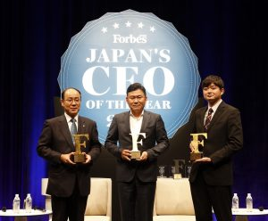 Koichiro Watanabe (President and Representative Director, The Dai-ichi Life Insurance Company), Hiroshi Mikitani (CEO, Rakuten) and Toru Nishikawa (CEO, Preferred Infrastructure) receive awards at the Forbes Japan CEO of The Year 2016 event.
