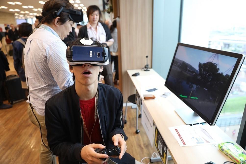 「楽天テクノロジーカンファレンス2016」の会場で、VRを体験する参加者
