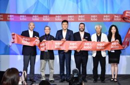 Michael Tamblyn (third from right) stands with Rakuten Chairman and CEO H. Mickey Mikitani (fourth from right) and others at the launch event for Kobo Taiwan.
