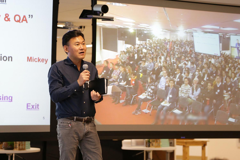 米国本社からビデオ会議で「朝会」に参加する三木谷。国内の地方オフィス、海外オフィスをシステムでつないで全社に中継される