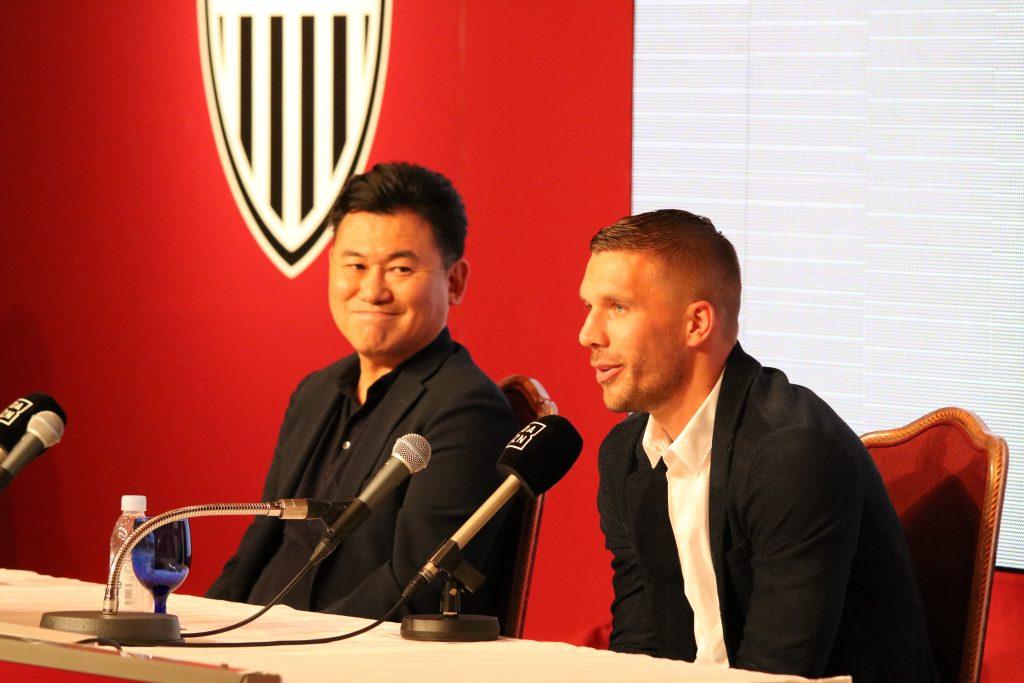 記者会見に応じるルーカス・ポドルスキ選手(右)とヴィッセル神戸会長三木谷(左)