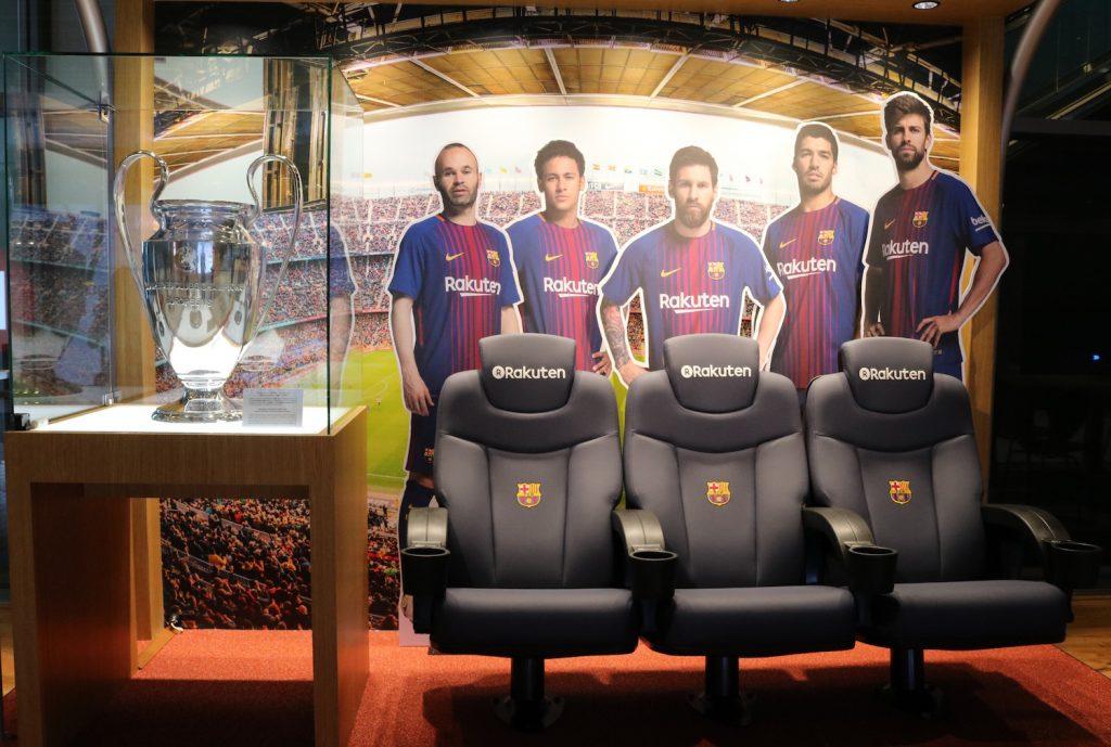 楽天クリムゾンハウスの2階エントランスに展示されているUEFAチャンピオンズリーグ優勝トロフィーのレプリカと2017-2018シーズンから実際に使用されるモデルのベンチ