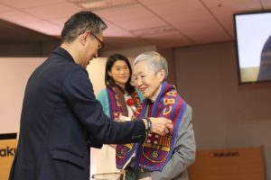 Masako Wakamiya is presented with the Silver Prize of the Rakuten Technology & Innovation Award.