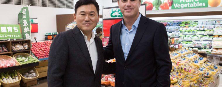 "Rakuten CEO Hiroshi ""Mickey"" Mikitani and Walmart CEO Doug McMillon dropped by a Seiyu store in Yokohama, Japan to celebrate the launch of a new strategic alliance."