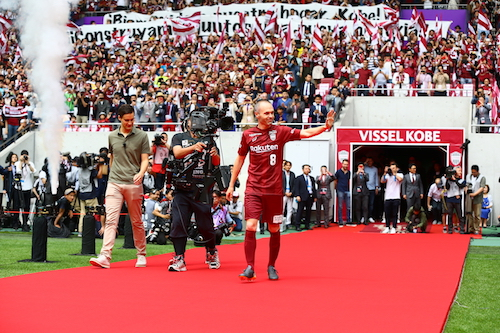 Thousands show up to Vissel Kobe fan event to welcome Iniesta 'home'