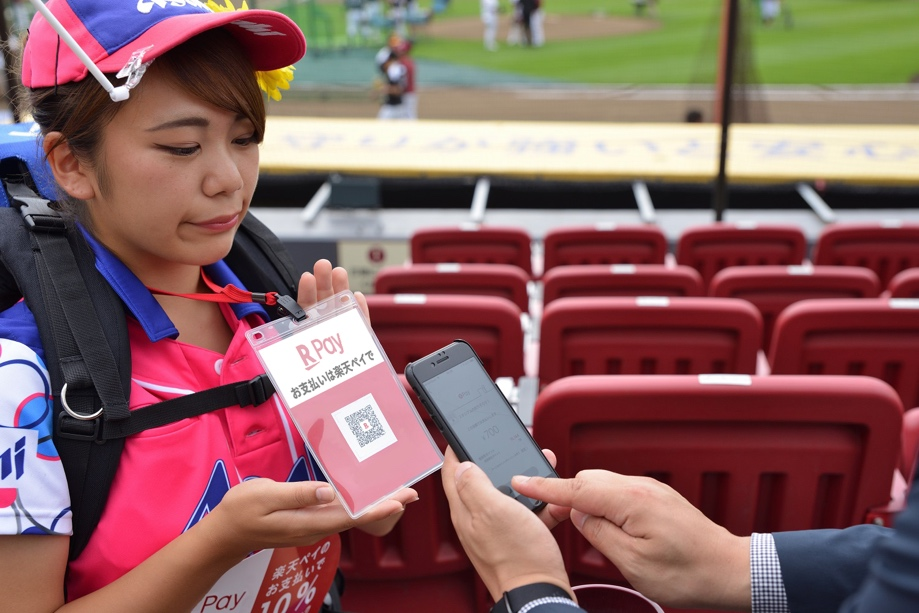 Paying a roving refreshment vendor with the Rakuten Pay smartphone app.