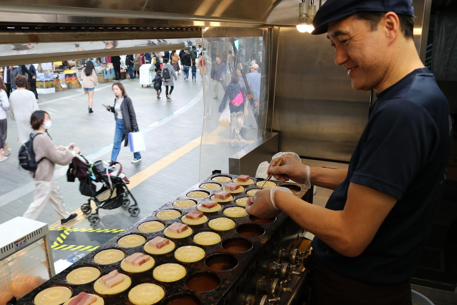 The folks from Yahaba filled the mall with the irresistible aroma of bacon-filled hotcakes, and soon had shoppers lining up around the food truck.