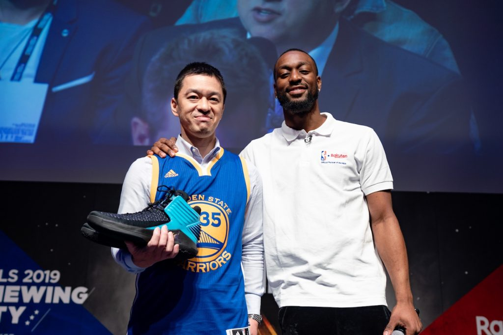 Kemba Walker gave a pair of his signature NIKE basketball shoes to a fan at the Rakuten TV NBA Finals public viewing party in Tokyo.