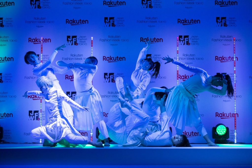 Dancers graced the stage of the Rakuten Fashion Week Tokyo reception.