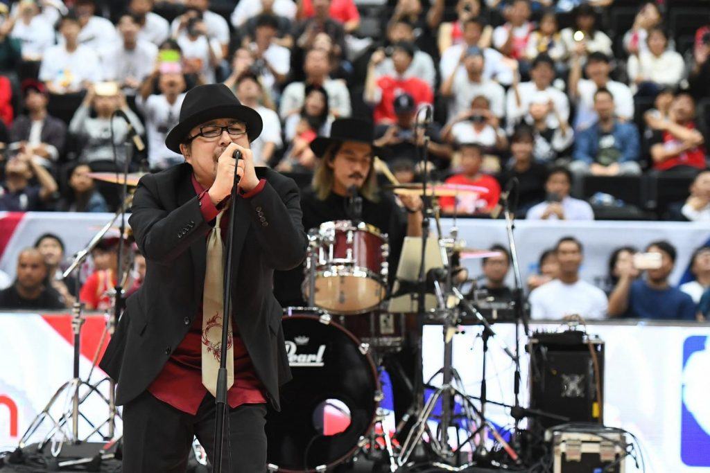 """Show Wesugi transported fans back in time with his heartfelt rendition of """"Sekai ga Owaru Made wa…"""" from Slam Dunk."""